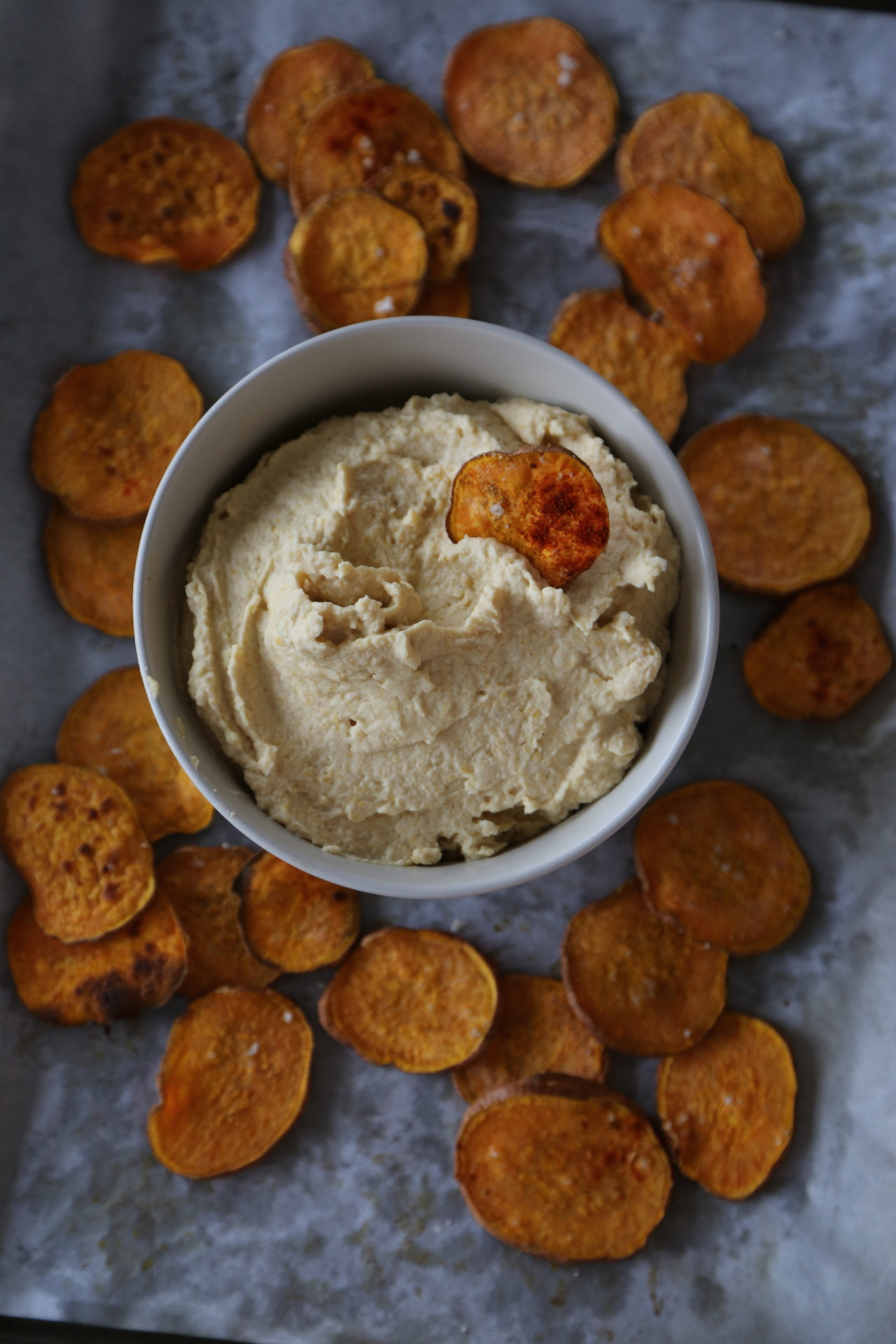 Spicy chips and hummus