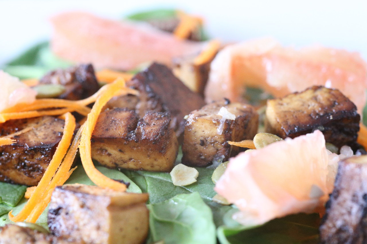 Spinach and grapefruit salad with maple balsamic tofu